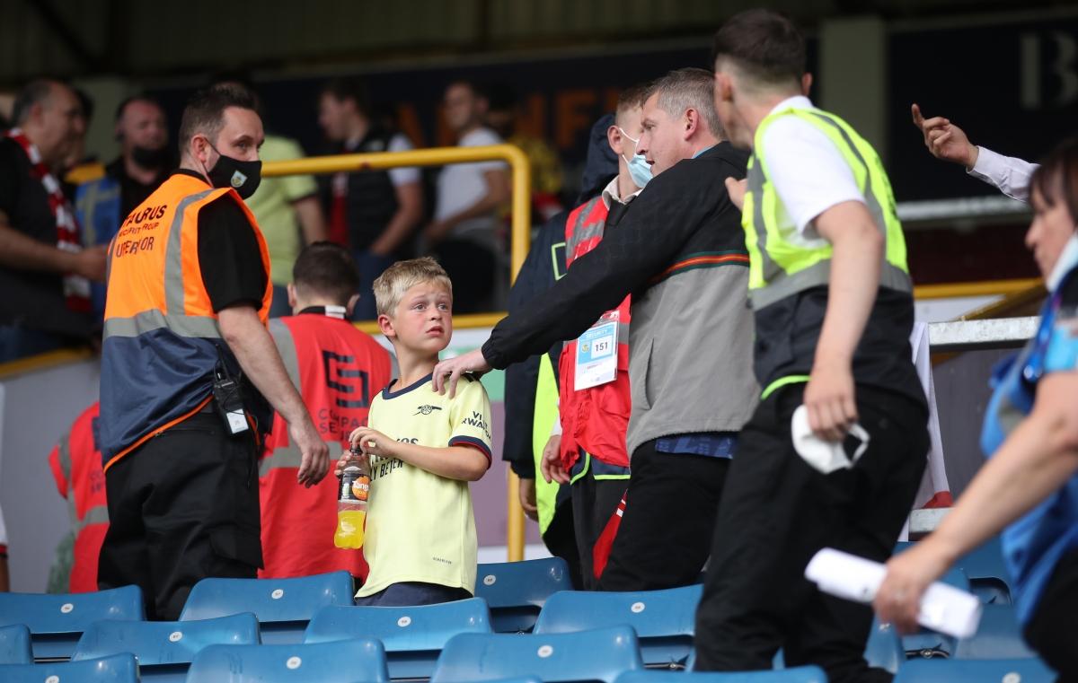 Một CĐV trẻ tuổi của Arsenal ngơ ngác không hiểu điều gì xảy ra.
