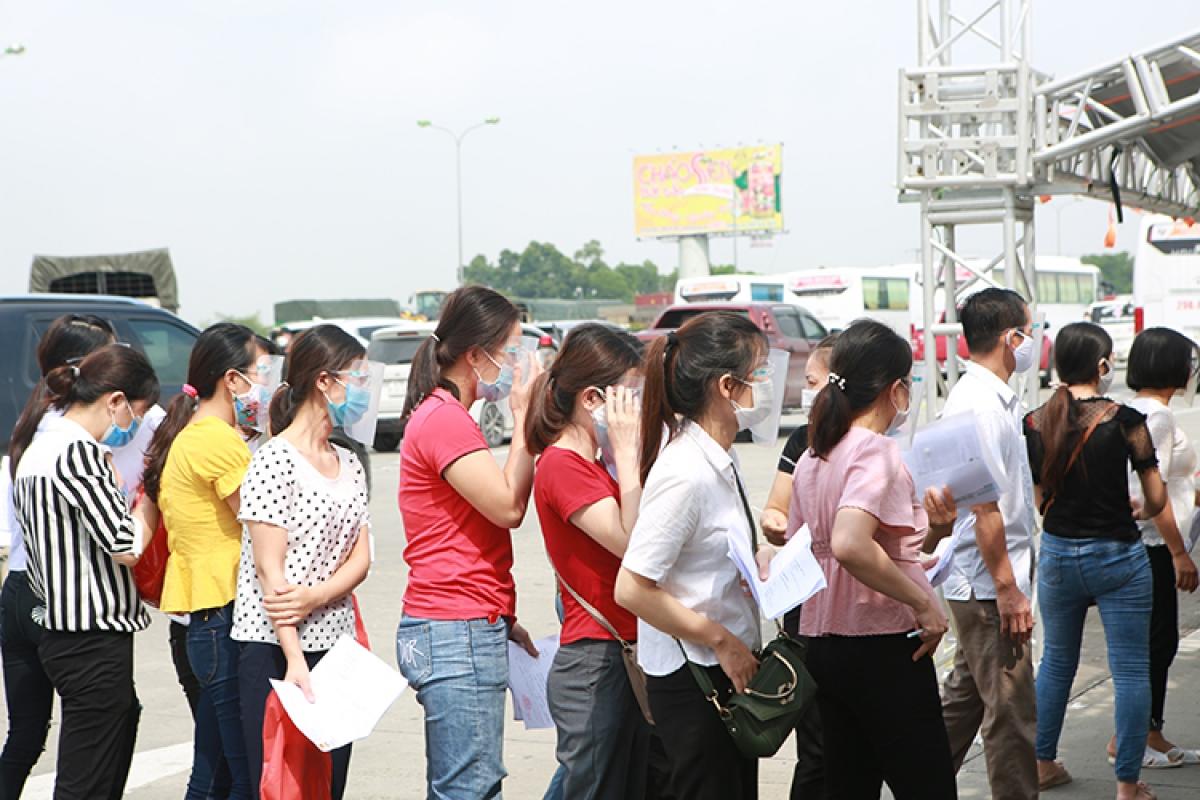Ghi nhận của PV Báo Tin tức trong ngày 22/9, có rất đông người dân từ các tỉnh đổ về Hà Nội và từ Hà Nội về các địa phương.