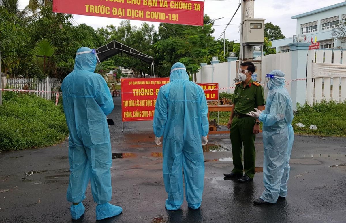Lực lượng Công an đang thực hiện nhiệm vụ bảo vệ khu vực cách ly vì dịch bệnh tại huyện Phú Tân