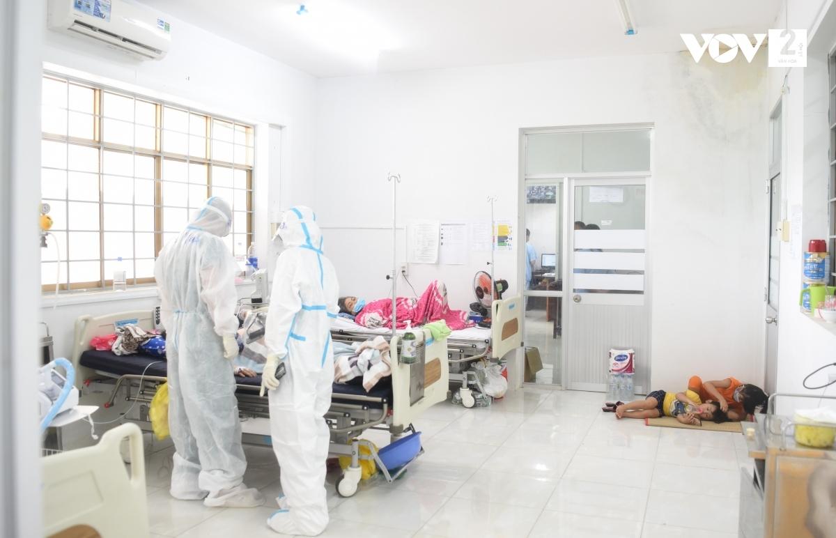 Trung tâm y tế TP. Hà Tiên hiện đang điều trị cho gần 80 bệnh nhân Covid-19 thuộc tầng 2 và một phần của tầng 3 trong tháp điều trị Covid-19. Ảnh: Thi Uyên