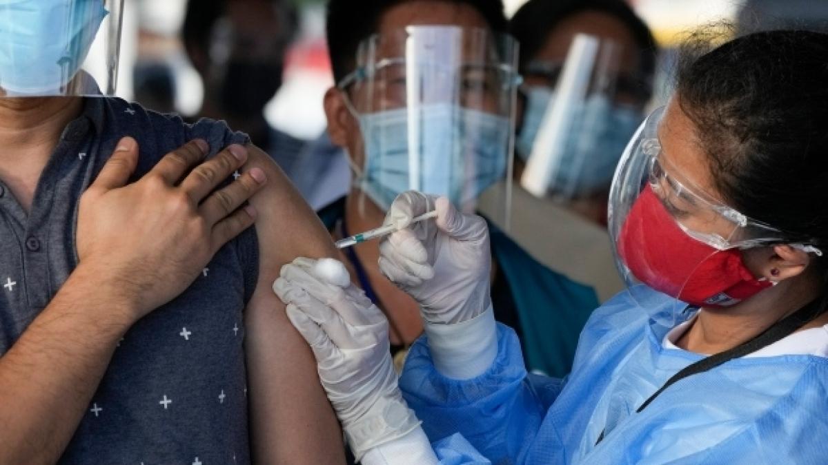 Philippines mở rộng tiêm chủng cho toàn dân (Ảnh: AP)