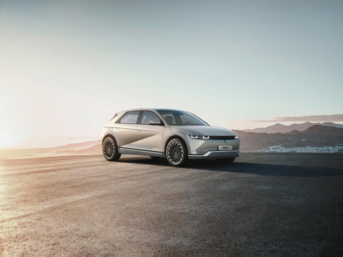 Đợt giao hàng đầu tiên dự kiến sẽ chỉ có 400 chiếc, phiên bản cao cấp với 2 tùy chọn động cơ. Theo Hyundai Australia, họ đã tiếp nhận hơn 11.000 lượt quan tâm trong suốt 8 tháng qua với hơn 120 đơn đặt cọc thông qua mạng lưới đại lý. Mức phí để đặt cọc chiếc Ioniq 5 là 2.000 AUD (tương đương 32 triệu đồng) với mức giá niêm yết 71.900 AUD (tương đương 1,17 tỷ đồng).
