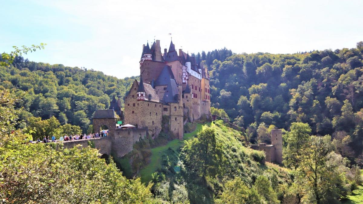 Ẩn mình trong một thung lũng thanh bình và tươi mát bên lưu vực sông Moselle, lâu đài Eltz được xây dựng trên một tảng đá hình bầu dục cao 70 m, ba mặt bao quanh bởi con sông Eltzbach - một phụ lưu ở phía bắc của Moselle. Ảnh:burg-eltz.de