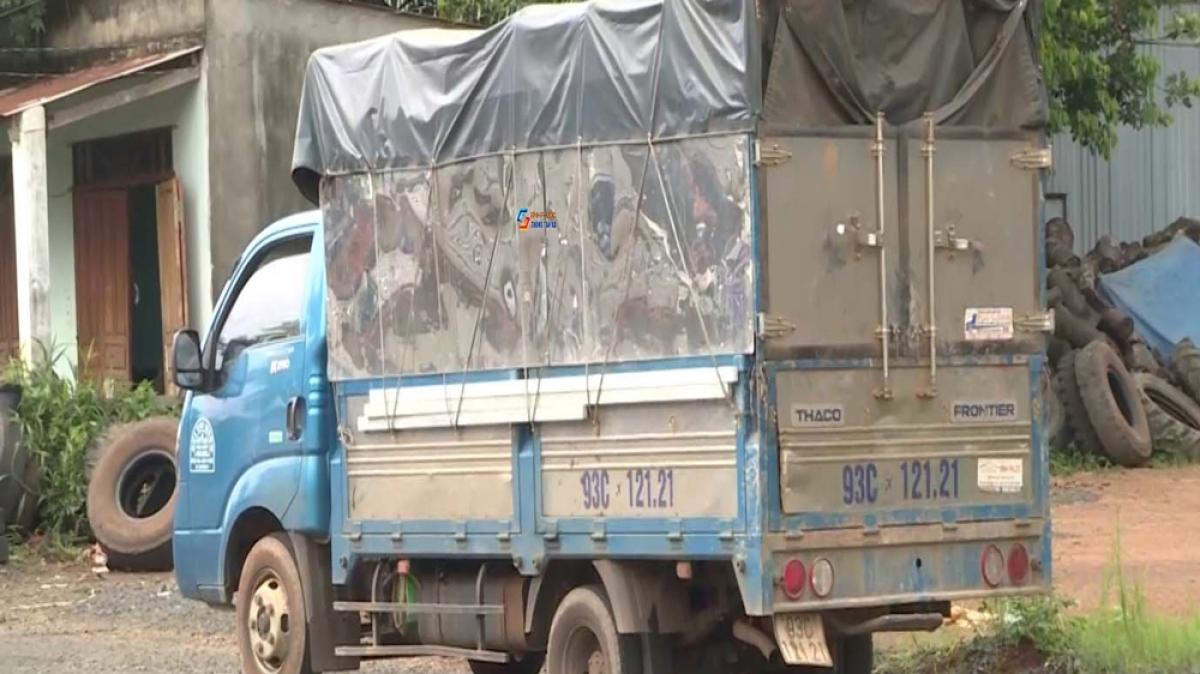 """Xe tải chở 7 người """"thông chốt"""" kiểm soát dịch."""