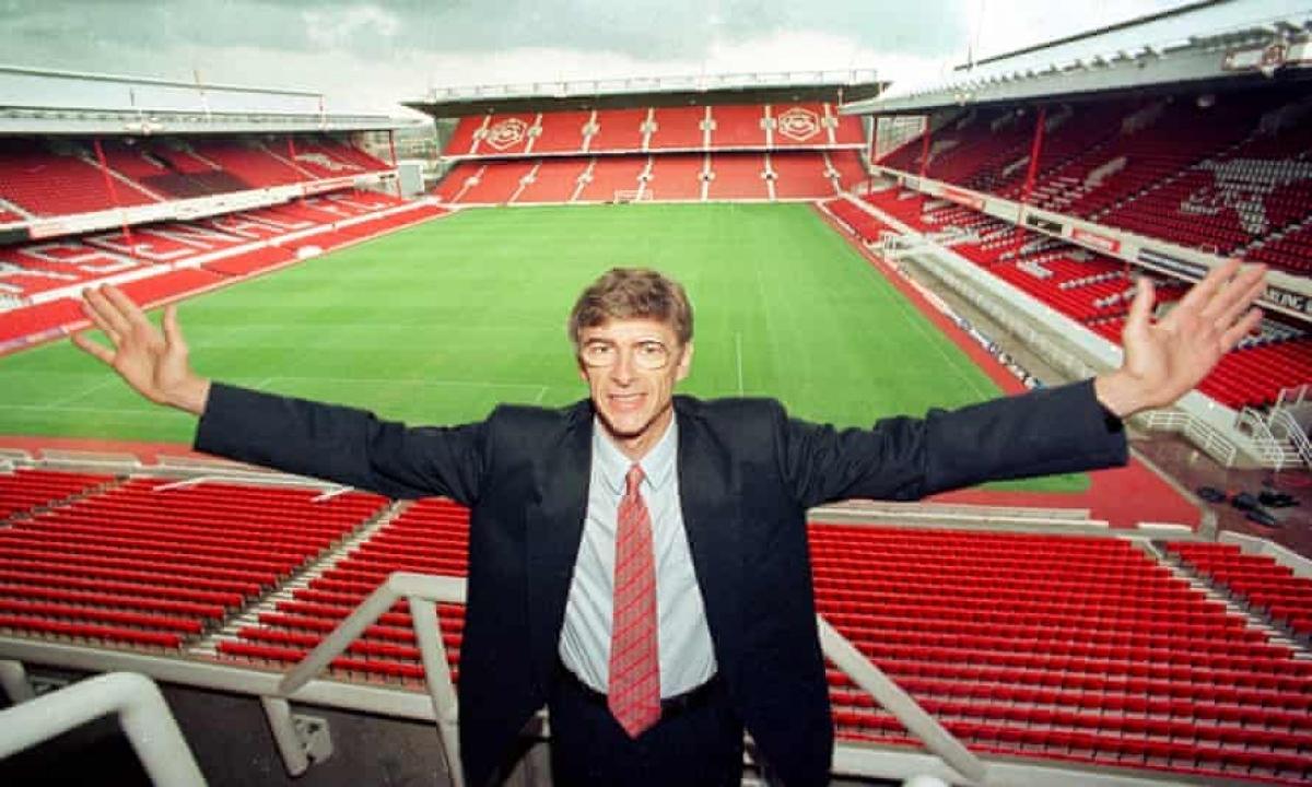 HLV Wenger trong ngày ra mắt Arsenal 25 năm trước. (Ảnh:Shutterstock).