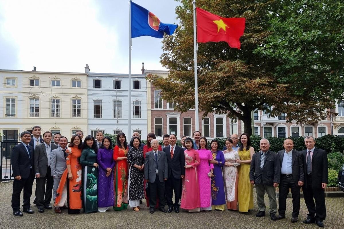 Các đại biểu dự lễ kỷ niệm Quốc khánh và họp BCH lâm thời Hội người VN tại Hà Lan.(Ảnh: ĐSQ VN tại Hà Lan)