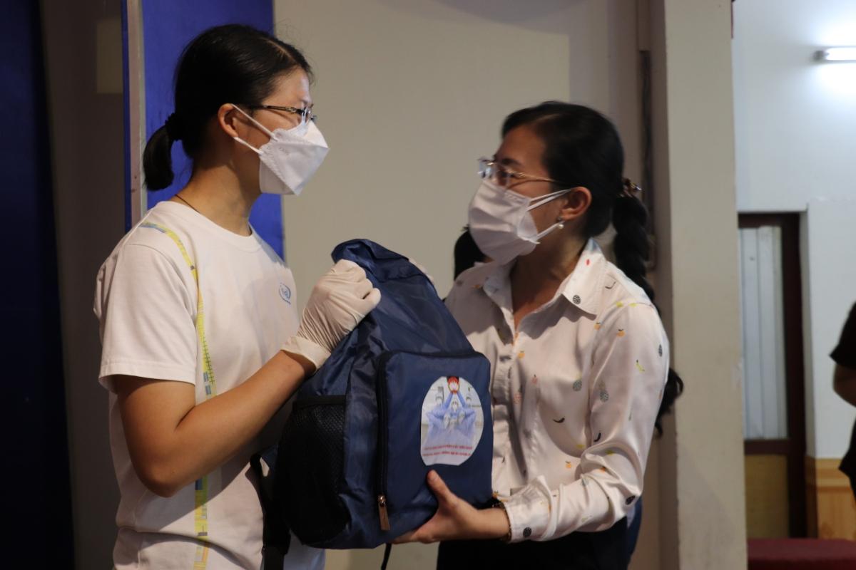 Bà Phan Kiều Thanh Hương, Phó Chủ tịch Ủy ban MTTQ TP trao quà cho tình nguyện viên tham gia phục vụ tại Bệnh viện dã chiến đa tầng Tân Bình