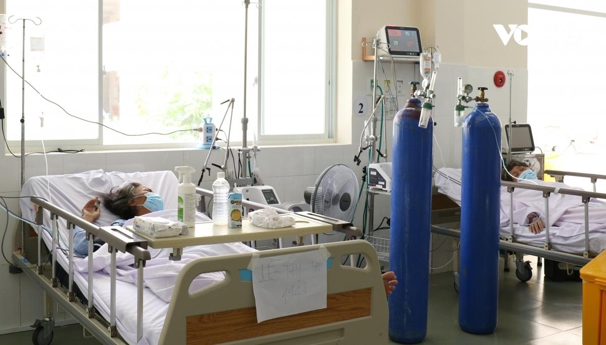 Đặt nội khí quản thở máy hay đặt cho bệnh nhân này trước rồi tìm cách mượn máy đặt cho bệnh nhân khác sau không phải chuyện dễ dàng