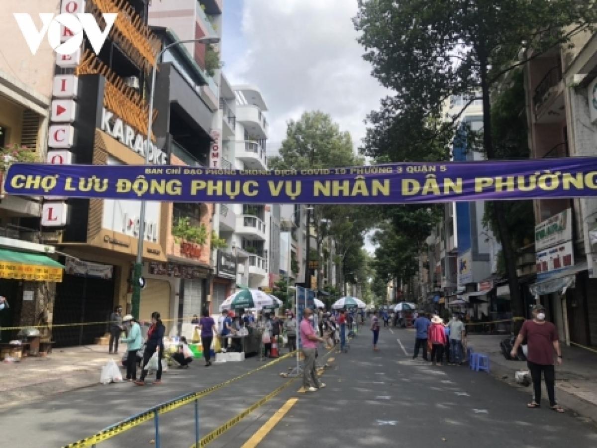 Người dân mua sắm ở phiên chợ lưu động đường Trần Bình Trọng, Quận 5, TP.HCM
