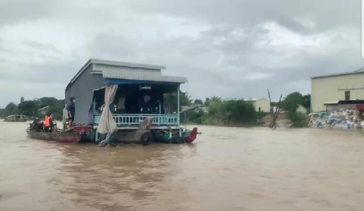 Lực lượng Công an hỗ trợ các hộ dân sinh sống tại làng bè ở xã Khánh An, huyện An Phú di dời đến địa điểm an toàn để chống dịch