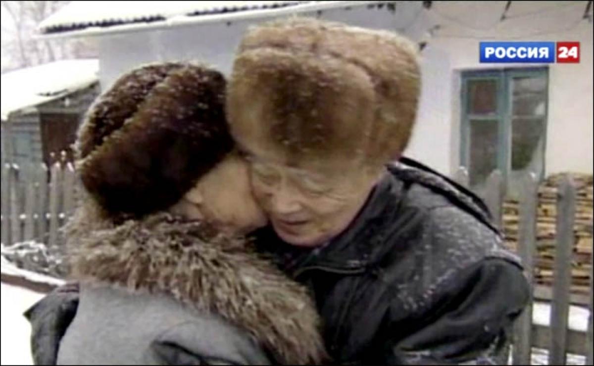 Bà Klavdia hôn tạm biệt người chồng yêu quý của mình. Ảnh: Vesti.ru