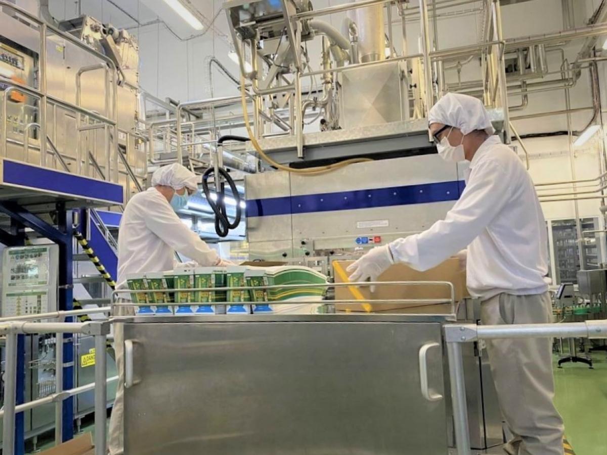 """Nhân viên nhà máy Nestlé thực hiện phương án """"3 tại chỗ"""" duy trì sản xuất."""