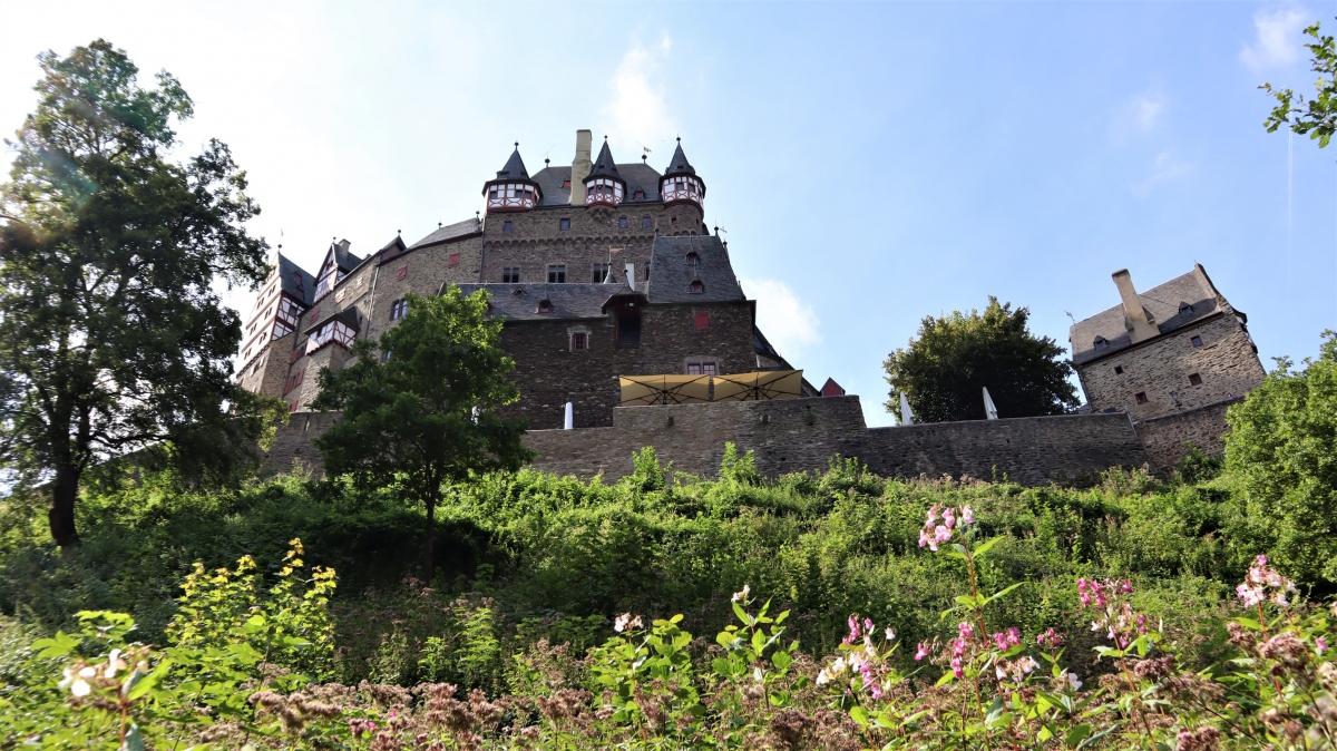 Eltz được cho là lâu đài duy nhất mang tầm nhìn thời trung cổ hoang sơ. Lâu đài gồm tám tòa tháp cao tới 30-40 m, được sở hữu và trông coi bởi cùng một dòng họ từ khi nó được xây dựng cho đến ngày nay. Chiều cao từ mực nước sông Eltzbach đến tầng thượng là 90 m. Thành quách của nó phản ánh 500 năm hoạt động của lâu đài, và sự chung sống của ba nhánh thuộc dòng họ Eltz sống ở đó vào thế kỷ 12, cách đây ba mươi ba thế hệ. Ảnh:burg-eltz.de