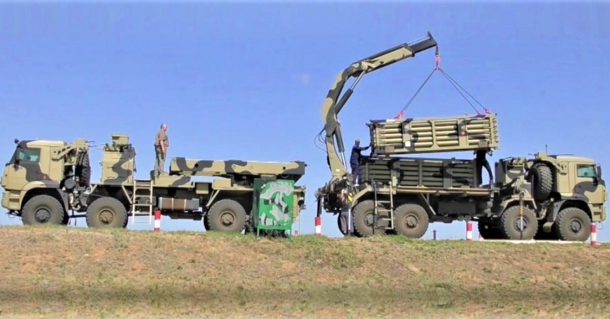 Việc tái nạp tên lửa cho hệ thống rải mìn từ xa Zemledeliye được thực hiện rất nhanh chóng, bằng cách thay đổi cả khối 25 ống phòng; Nguồn: Military Leak