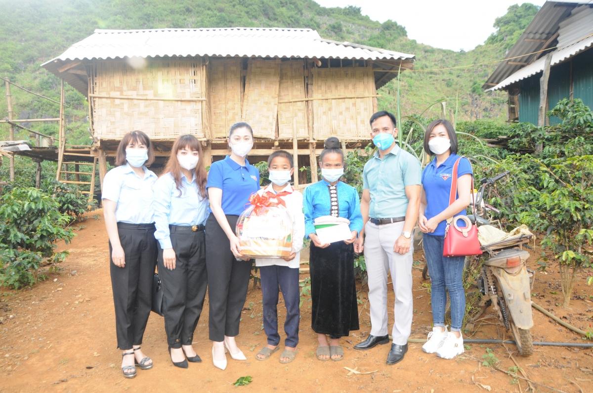 Trước đó, Ban tổ chức cũng đã tặng các phần quà cho 5 em thiếu nhi có hoàn cảnh đặc biệt khó khăn trên địa bàn thành phố Sơn La, tỉnh Sơn La.