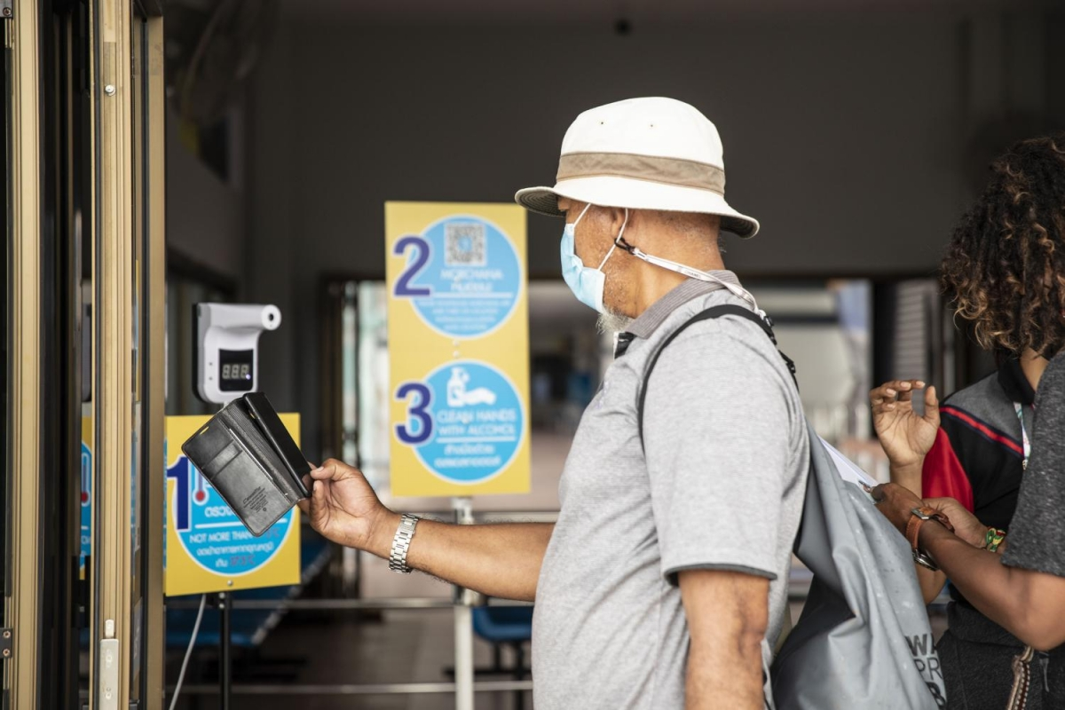 Một du khách đang sử dụng ứng dụng truy vết MorChana tại Phuket, tháng 8/2021. Ảnh: Bloomberg