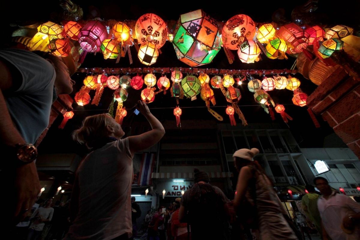 Du khách tham quan lễ hội đèn lồng nổi tiếng của Chiang Mai (Thái Lan) trước Covid-19. Nguồn: Bangkok Post