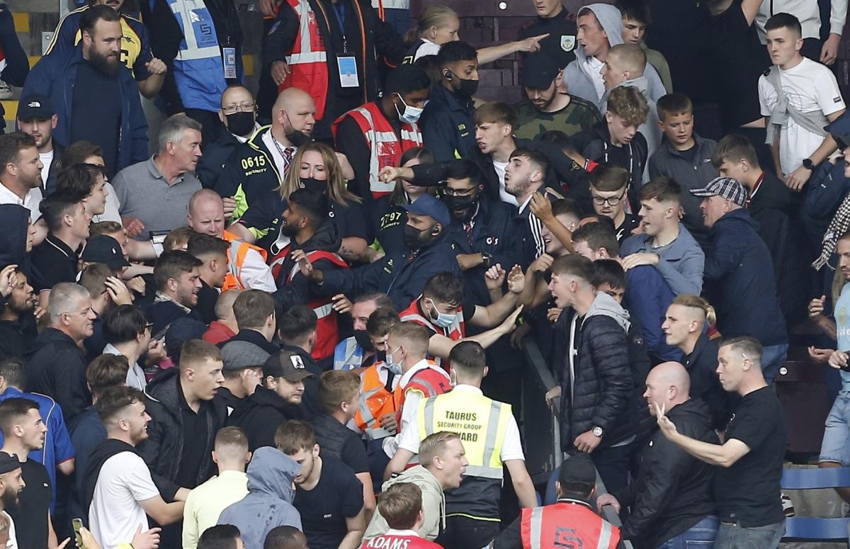 Ngay sau khi trận đấu giữa Burnley và Arsenal kết thúc, cổ động viên 2 đội đã lao vào ẩu đả.