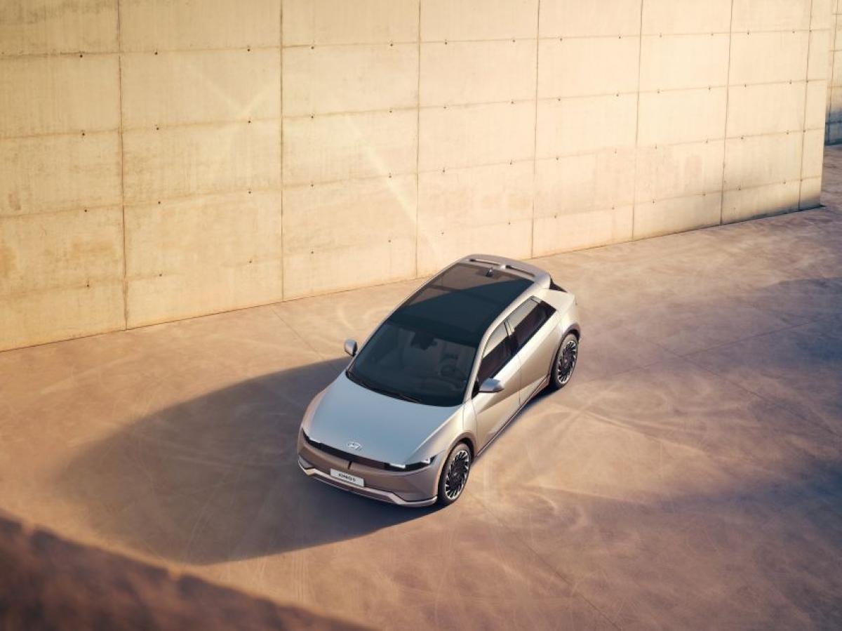 Về tùy chọn động cơ, chiếc Ioniq 5 có thể được trang bị dẫn động cầu sau 1 mô tơ (214 mã lực) hoặc AWD 2 mô tơ (300 mã lực). Phiên bản RWD (dẫn động cầu sau) có thể chạy nước rút với thời gian 7,4 giây, trong khi đó phiên bản AWD (dẫn động bốn bánh) có thời gian ấn tượng hơn là 5,2 giây.