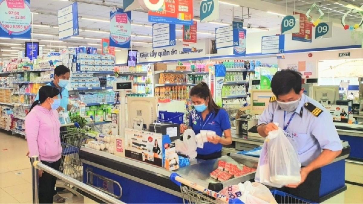 Người dân ở vùng xanh đi mua sắm ở siêu thị (Ảnh do Coopmart cung cấp}