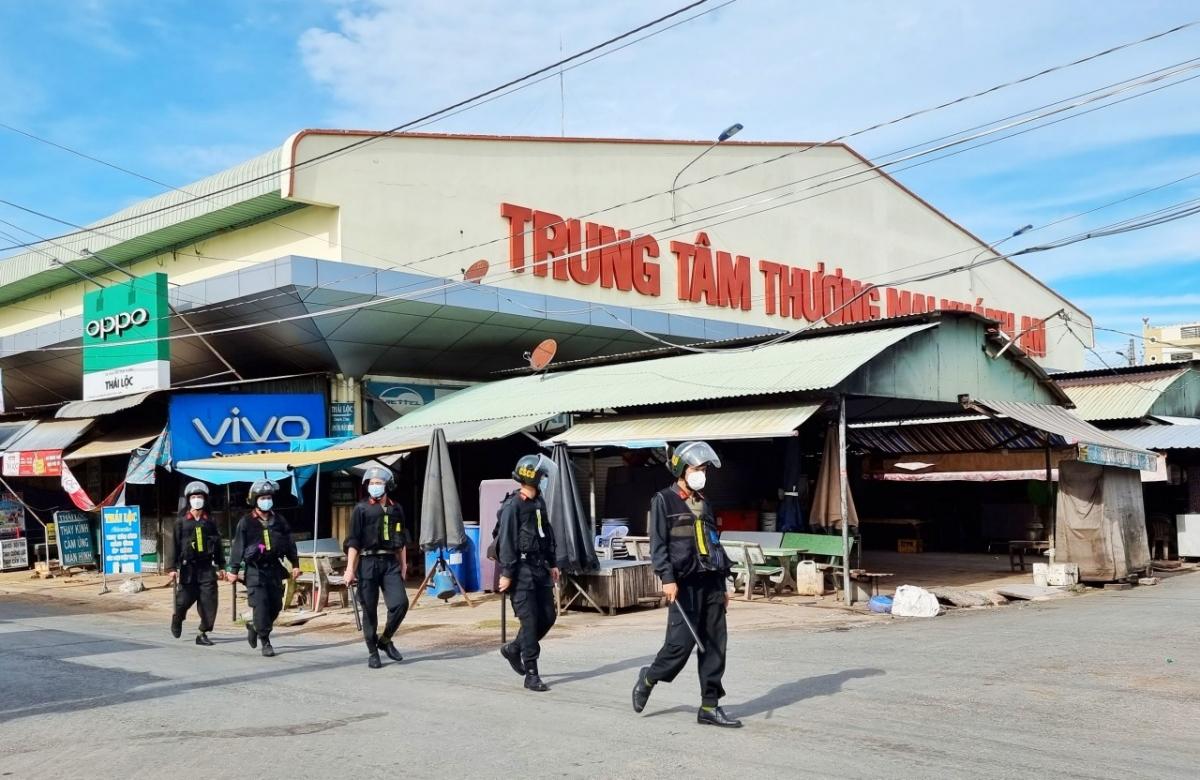 Lực lượng Cảnh sát cơ động luôn túc trực tuần tra, tuyên truyền nhắc nhở người dân khu phong tỏa thuộc xã Khánh An, huyện An Phú.