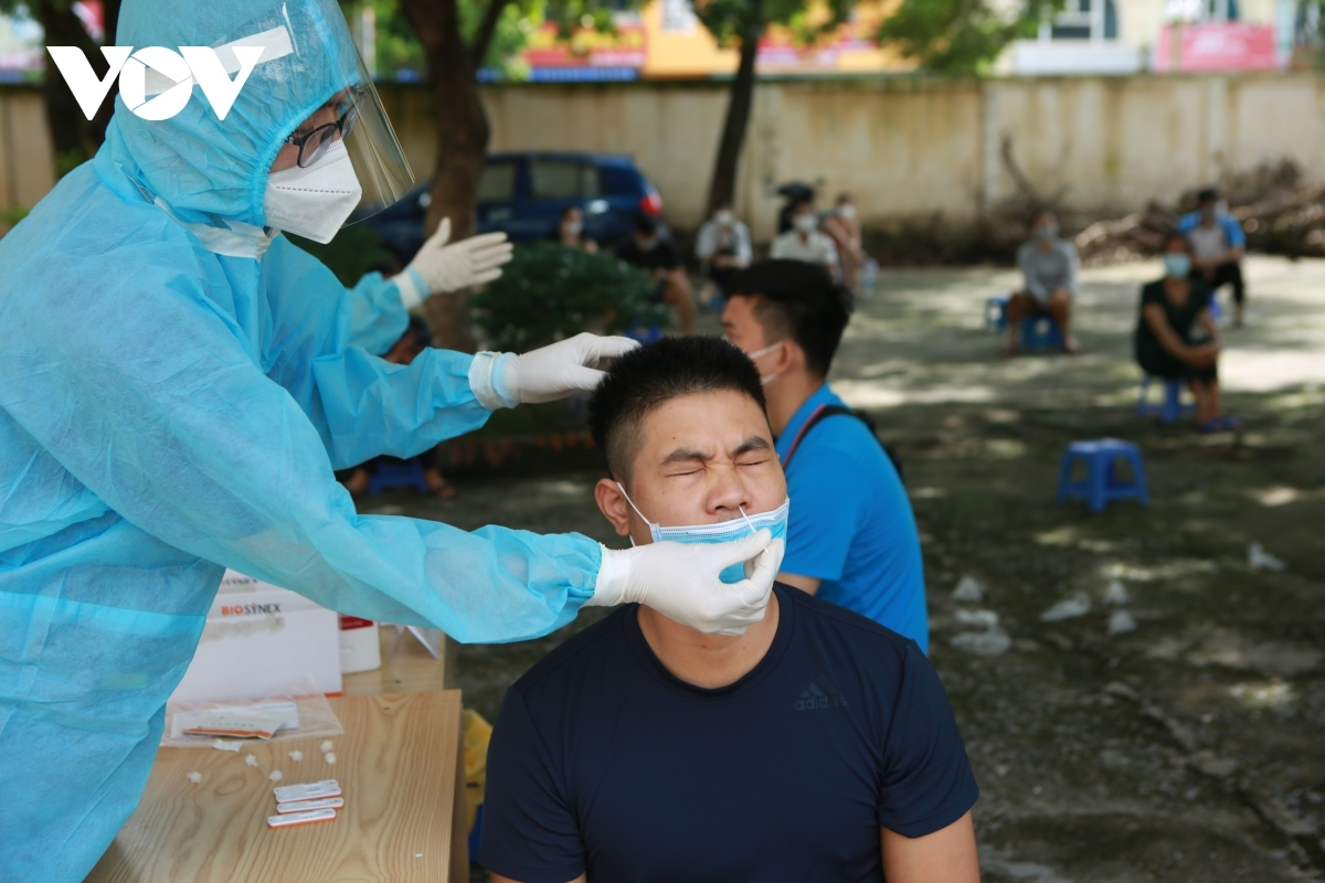 Healthcare workers from Hung Yen province are dispatched to Ha Dong district in order to work with local medical staff to take samples and vaccinate people.