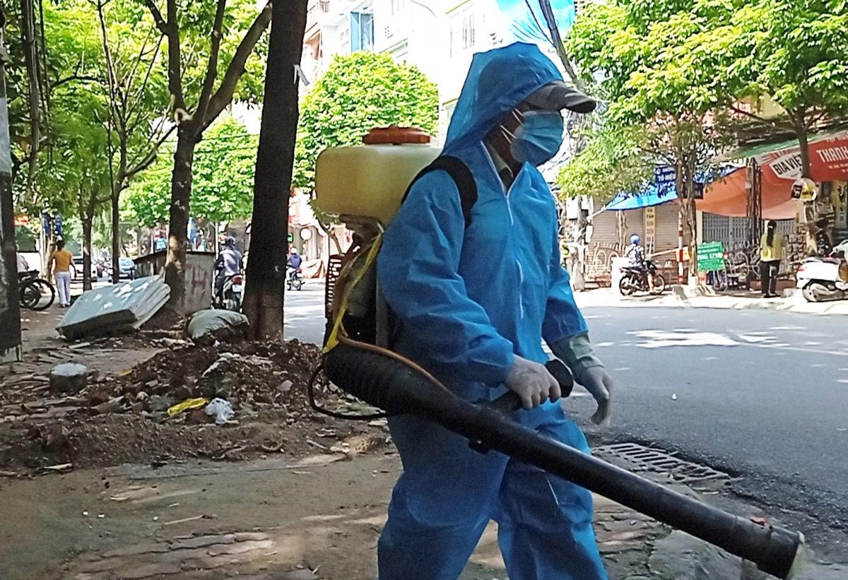 Phun khử khuẩn tại khu vực phường Nguyễn Trãi, quận Hà Đông, Hà Nội khi phát hiện ca dương tính với virus SARS-CoV-2 sau thời gian cách ly tập trung.