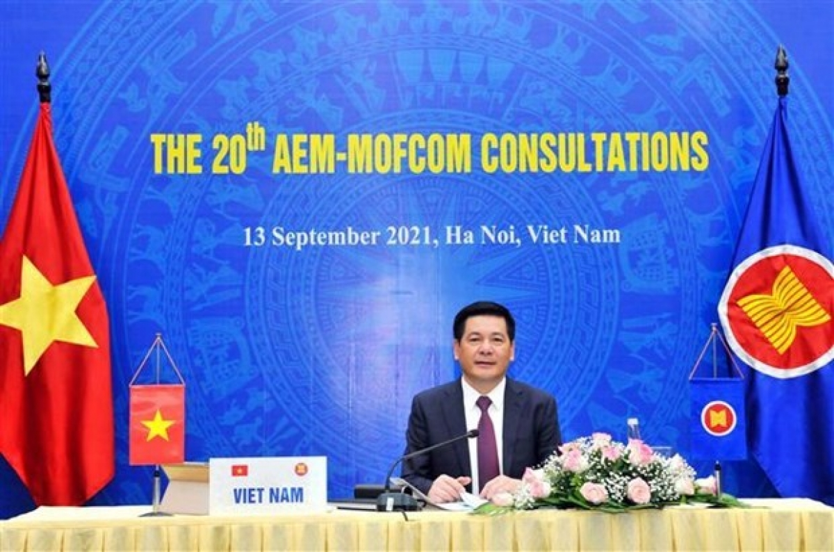 Minister of Industry and Trade Nguyen Hong Dien at the consultations (Photo: VNA)