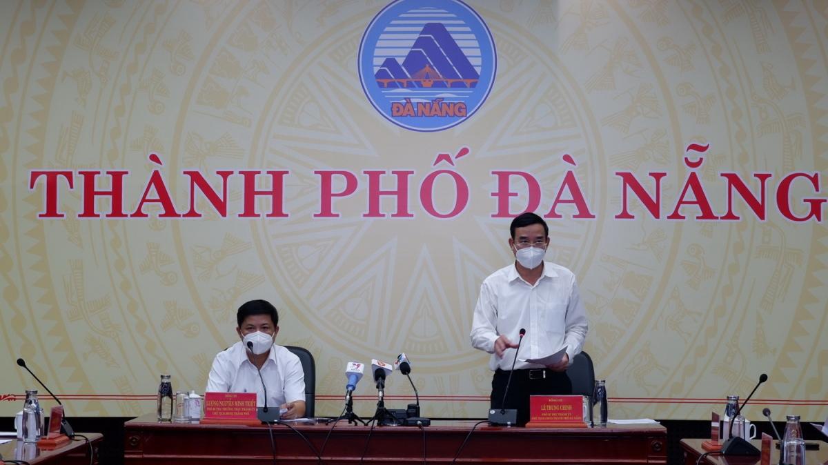 Ông Lê Trung Chinh, Chủ tịch UBND thành phố Đà Nẵng (đứng) phát biểu tại cuộc họp Ban Chỉ đạo phòng chống dịch Covid-19 thành phố chiều ngày 20-9.