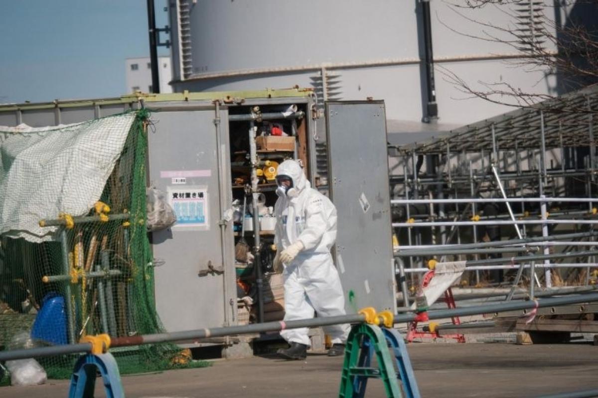 Một công nhân nhà máy điện đeo mặt nạ phòng độc tại nhà máy điện hạt nhân Fukushima Dai-Ichi (ảnh: SIPA)