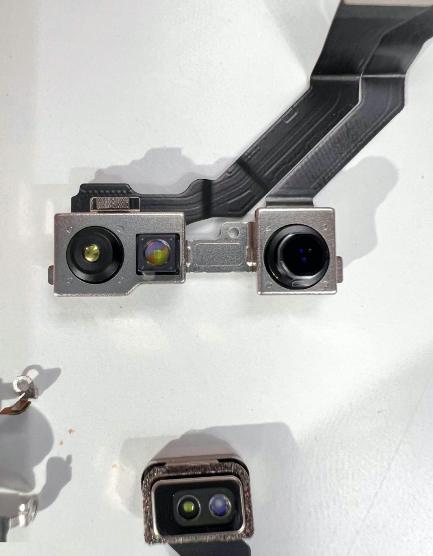 Đây là cụm camera selfie chứa FaceID. Năm nay, cụm FaceID và loa trong đã được Apple sắp xếp lại để phần khuyết trên màn hình nhỏ hơn trước