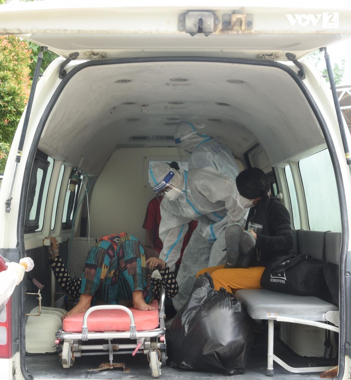 Xe cứu thương đợi sẵn để chuyển lên tuyến trên. Ảnh: Thi Uyên