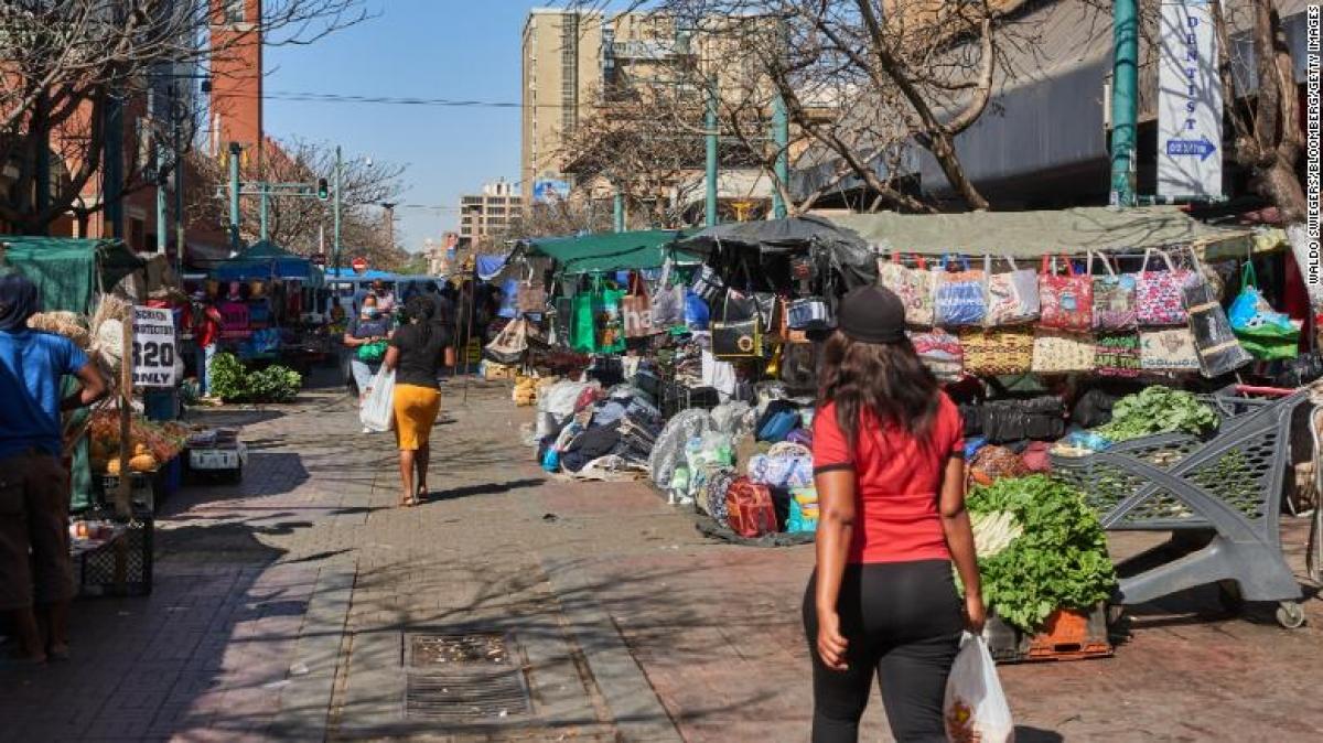 Một khu chợ ở quận Pretoria, Nam Phi ngày 14/9. Ảnh: CNN
