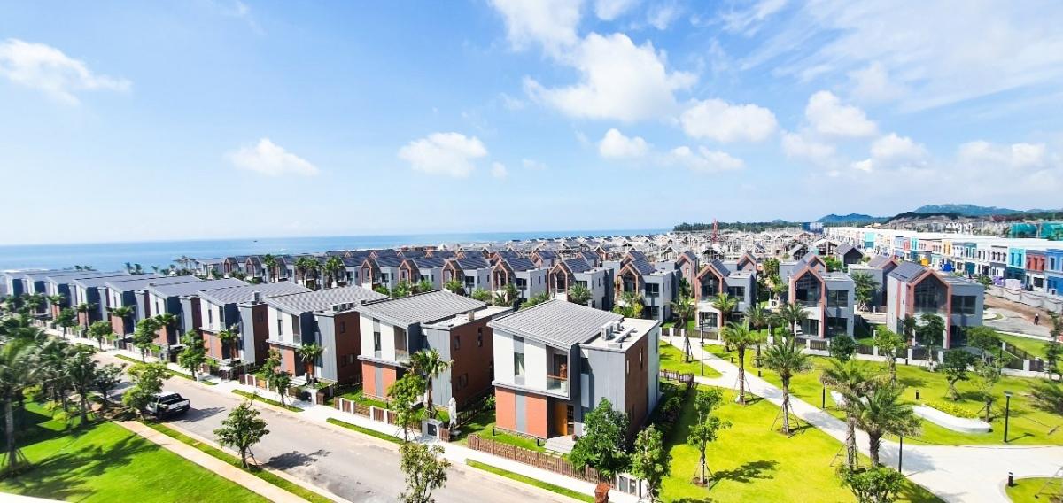 Dãy biệt thự khu biển The Tropicana đã thi công hoàn thiện 40 căn villa và khai trương 5 căn villa mẫu. Dự kiến 101 căn biệt thự biển còn lại sẽ bàn giao tới khách hàng vào cuối năm nay.
