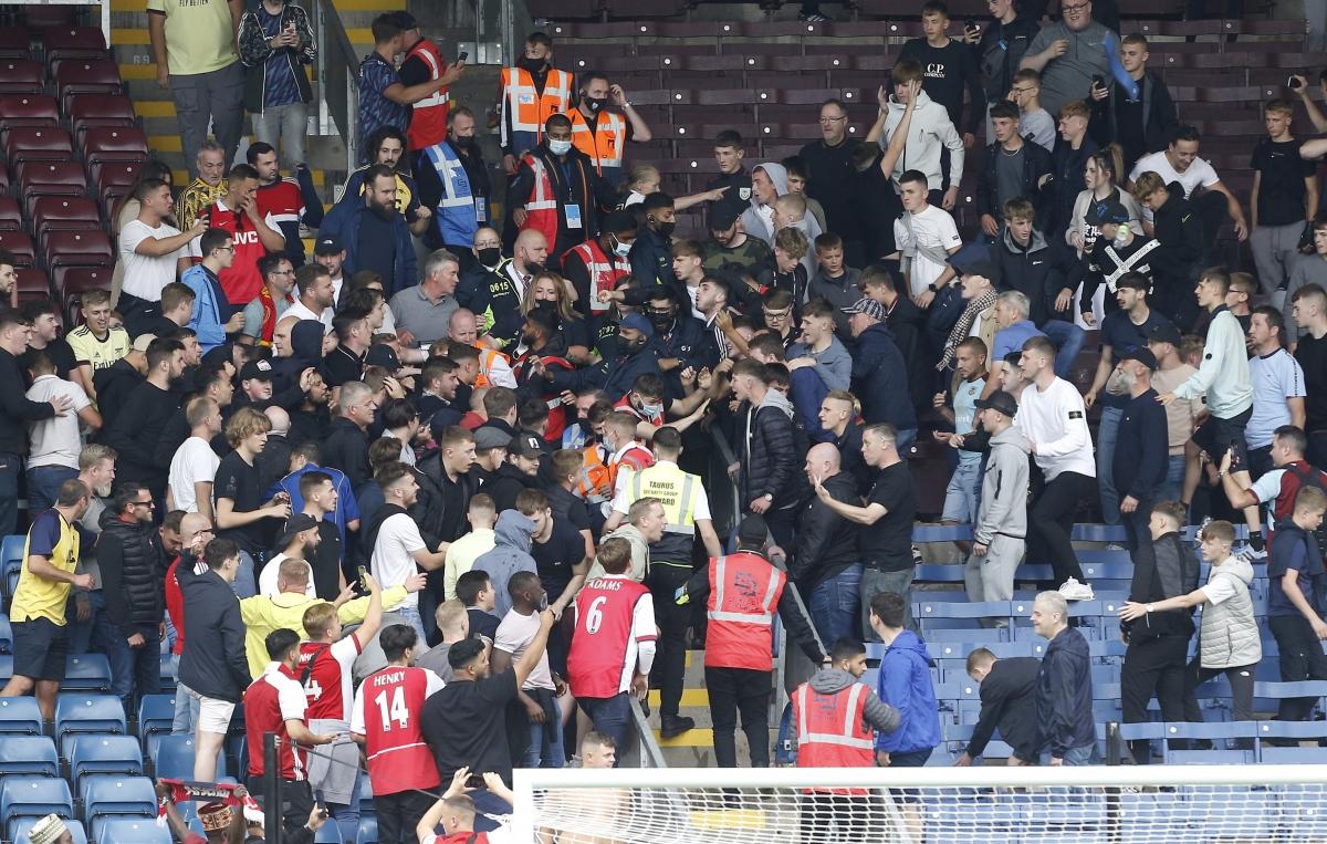 CĐV Burnley được cho là những người khơi mào cuộc ẩu đả do quá thất vọng sau trận thua 0-1 của đội nhà. Người hâm mộ Arsenal cũng không kém cạnh. Đôi bên buộc lực lượng an ninh phải can thiệp để ổn định tình hình.