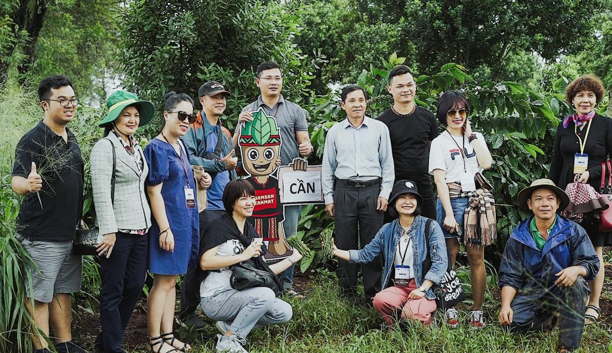 Du khách trải nghiệm tại vườn cà phê. Nguồn: Phạm Hoài Nguyên Anh