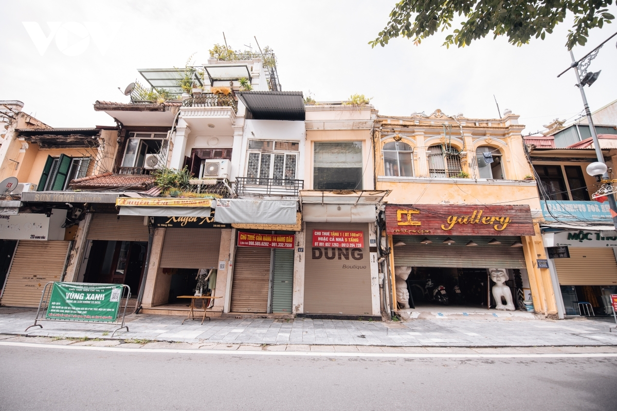 Several souvenir shops along streets in the Old Quarter are forced to shut down as owners are unable to pay their rent for several months.