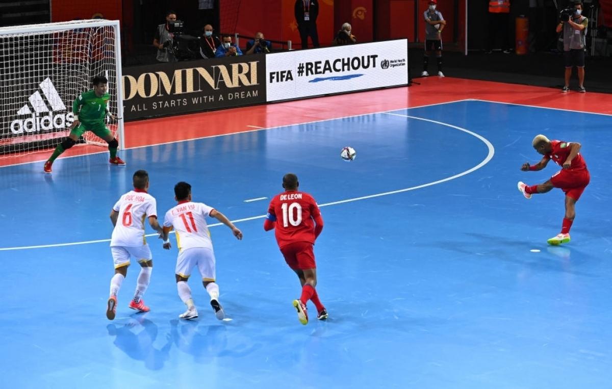 Đến khi hiệp 1 chỉ còn hơn 30 giây,ĐT Futsal Việt Nam phạm lỗi tổng hợp thứ 6 trong hiệp 1. Panama được hưởng quả đá phạt 10m và Castrellon đã dứt điểm thành công, quân bình tỷ số 2-2.