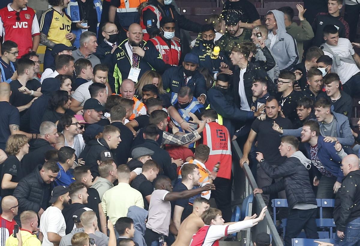 Đám đông tạo nên khung cảnh hỗn loạn trên sânTurf Moor.