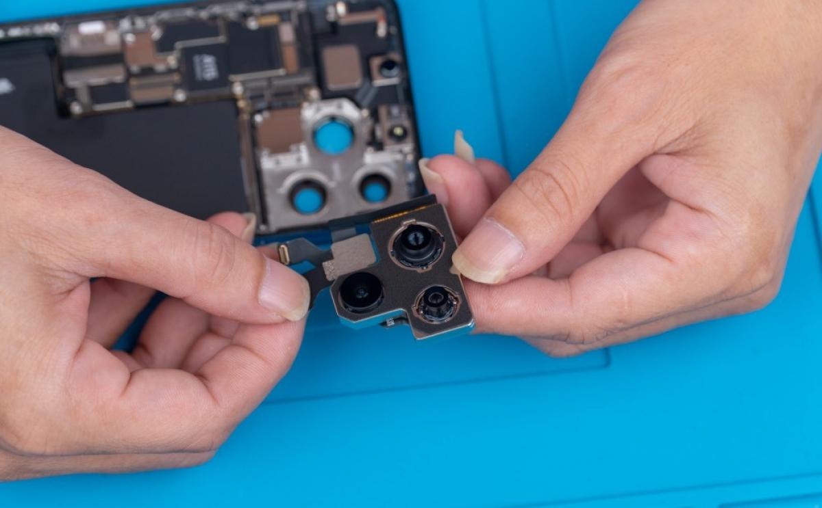 Cụm camera chính của iPhone 13 Pro khá tương đồng với iPhone 12 Pro năm ngoái. Năm nay, chỉ có camera của iPhone 13 được thiết kế khác biệt với iPhone 12