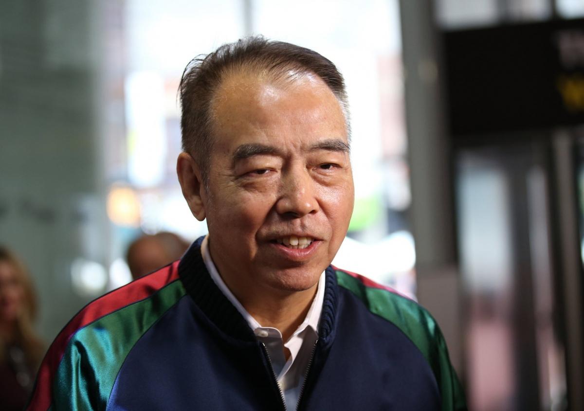 Là một trong những đạo diễn gốc Hoa nổi tiếng nhất, Trần Khải Ca tốt nghiệp Học viện Điện ảnh Bắc Kinh danh tiếng năm 1982 và đạt được thành công trên toàn thế giới. Tuy nhiên, tài năng của ông không khiến công chúng Trung Quốc quên rằng nam đạo diễn đang giữ quốc tịch Mỹ. Con trai ông - nam diễn viên Trần Phi Vũ gần đây đã phải xem xét bỏ hộ chiếu Mỹ để nhập tịch Trung Quốc. Ảnh: Weibo