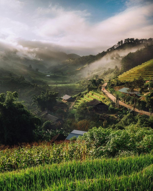 """""""Khung cảnh tôi được chiêm ngưỡng khi kết thúc một ngày dài làm việc trên những cánh đồng ở Mù Cang Chải. Tới giờ đây là khám phá tuyệt nhất của tôi ở Việt Nam. Đừng lo lắng, Việt Nam là một đất nước hoàn toàn xứng đáng để ghé thăm"""" - nhiếp ảnh gia viết trên trang cá nhân."""