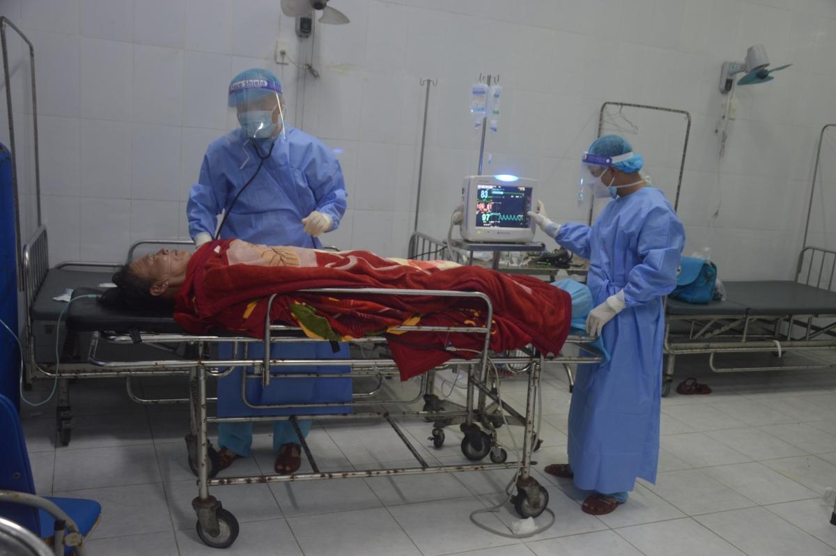 Các y, bác sĩ đảo Song Tử Tây chăm sóc sức khỏe cho bệnh nhân Đượm.
