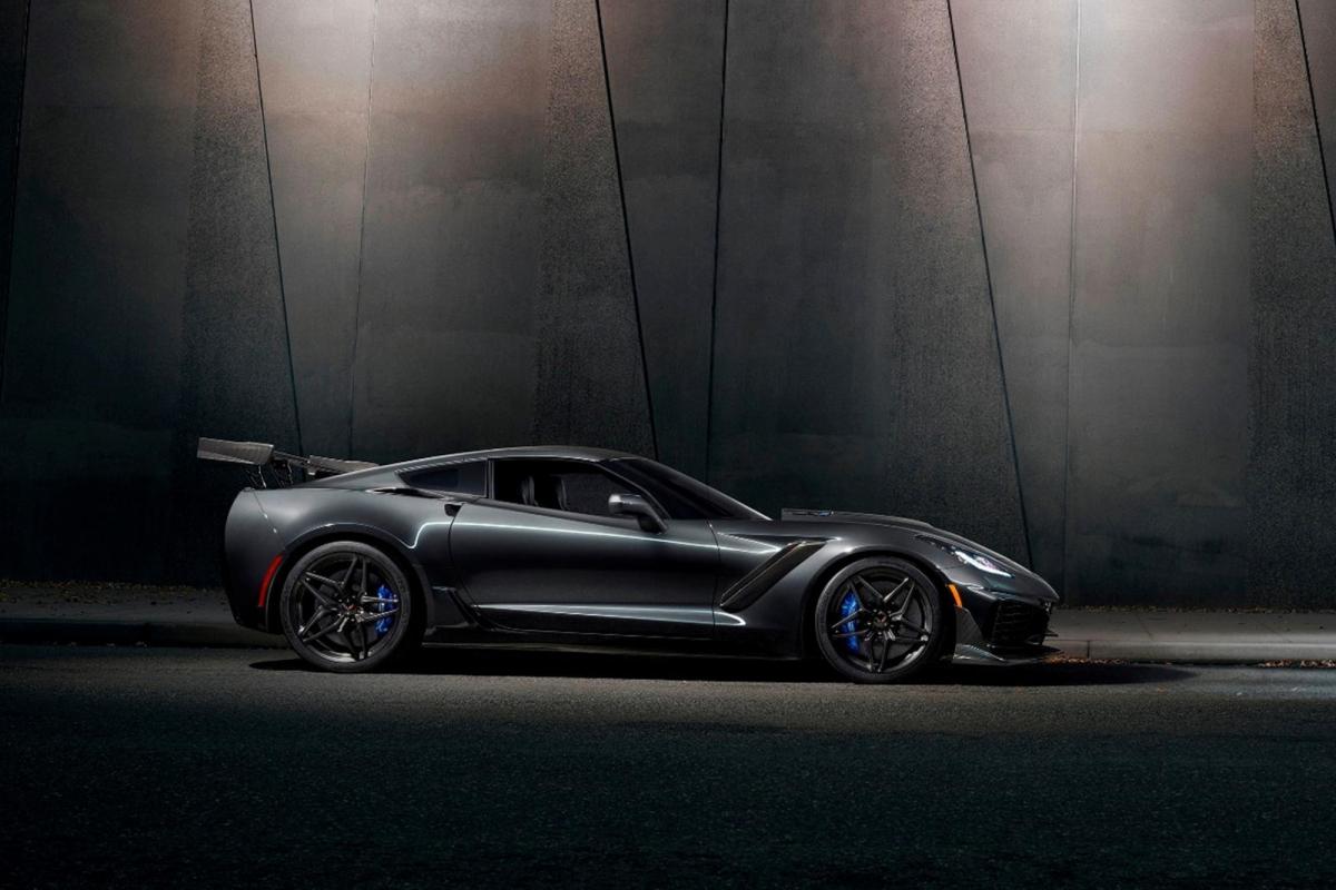 Chevrolet Corvette ZR1 Động cơ V8 siêu nạp, dung tích 6.2 lít của C7 ZR1 có thể tạo ra công suất cực khủng, đạt đến 755 mã lực. Không những thế, âm thanh từ động cơ cũng khủng không kém khi có thể đạt độ lớn ở mức 99 dB. Độ lớn này tương đương âm thanh một chiếc máy bay phản lực bay cách vị trí đo 305m.