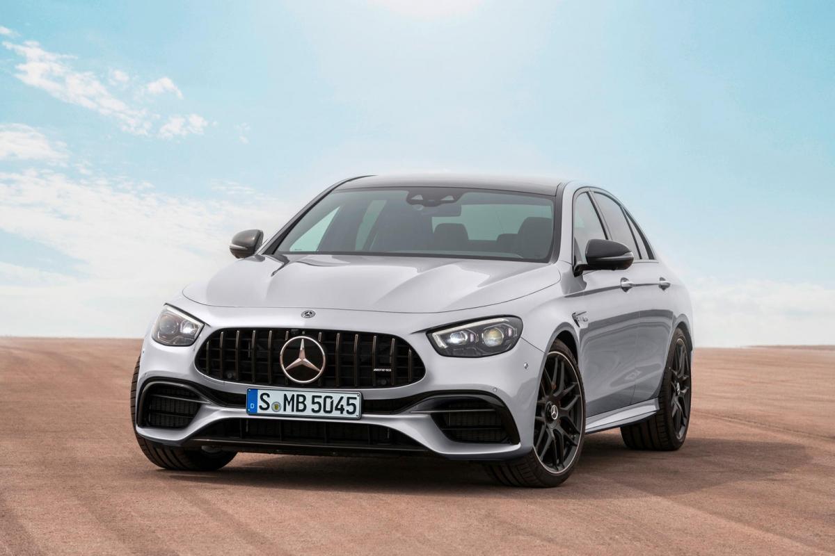 Mercedes-AMG E63 Động cơ V8 tăng áp kép 4.0 của chiếc AMG E63 kết hợp cùng hệ thống ống xả được thiết kế riêng có thể tạo ra âm thanh khoảng 45 dB (decibel) ở tua máy cầm chừng và lên đến 81 dB khi vít hết ga.