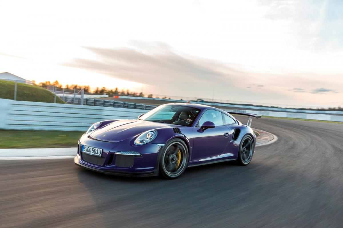 """Porsche 911 (991.1) GT3 RS Đời 991.2 GT3 RS có âm thanh đo được ở tua máy 9.000 vòng/phút ở mức 102 dB tuy nhiên, nó cũng chưa phải là chiếc 911 """"ồn ào"""" nhất. """"Đàn anh"""" của nó, 991.1 GT3 RS có âm thanh lên đến 108 dB ở tua máy 8.900 vòng/phút. Cả hai đều được trang bị cùng loại động cơ boxer 6 xi-lanh hút khí tự nhiên."""