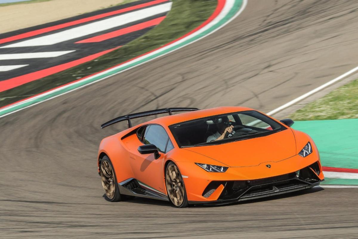Lamborghini Huracan Performante Là một trong những chiếc xe dùng động cơ V10 cuối cùng còn được bán ra, Lamborghini Huracan Performante chắc chắn phải có mặt tại đây. Động cơ V10 của xe có thể tạo ra âm thanh lên đến 109 dB ở tua máy cao nhất của số 2.