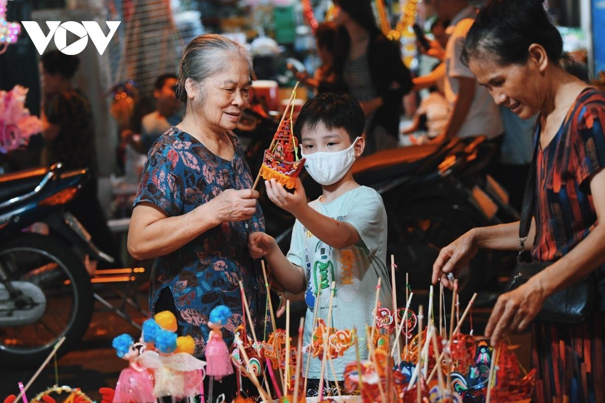 Với trẻ em, Tết Trung thu là niềm vui, là được ông bà,cha mẹ mua đồ chơi mới...