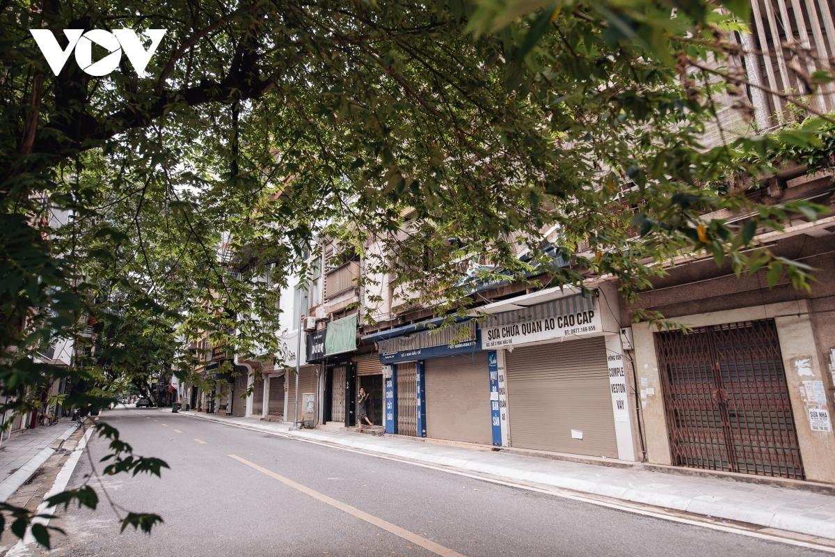 Mai Hac De street falls silent due to a lack of shoppers.