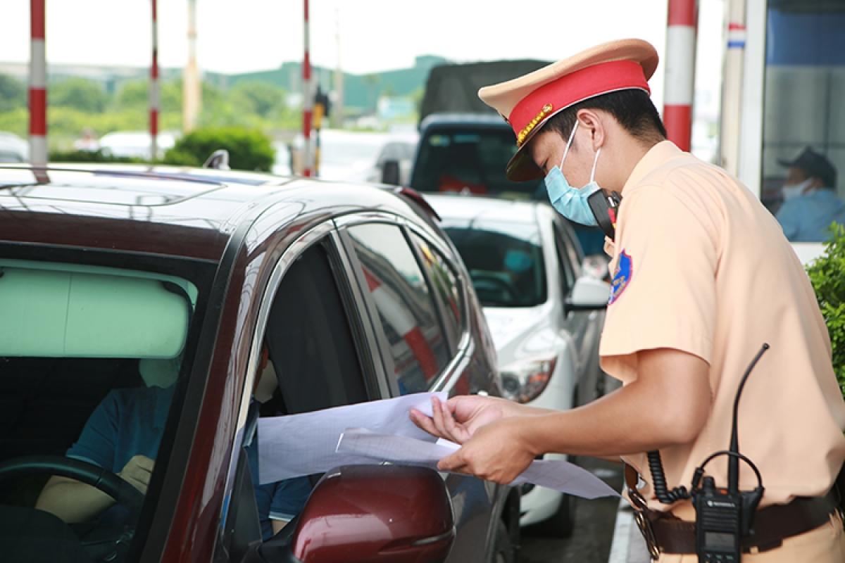 Nếu có đủ giấy tờ cần thiết, việc khai báo qua mã QR diễn ra nhanh chóng, chỉ 2-5 phút là có thể di chuyển.